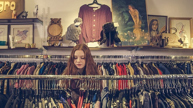 お洋服を選ぶ女性